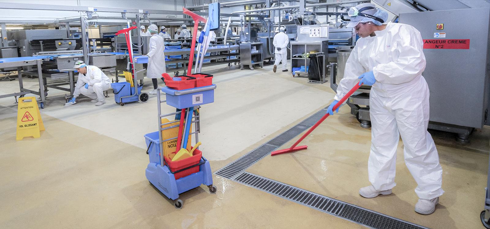 Employé de ADN propreté intervenant en industrie agroalimentaire