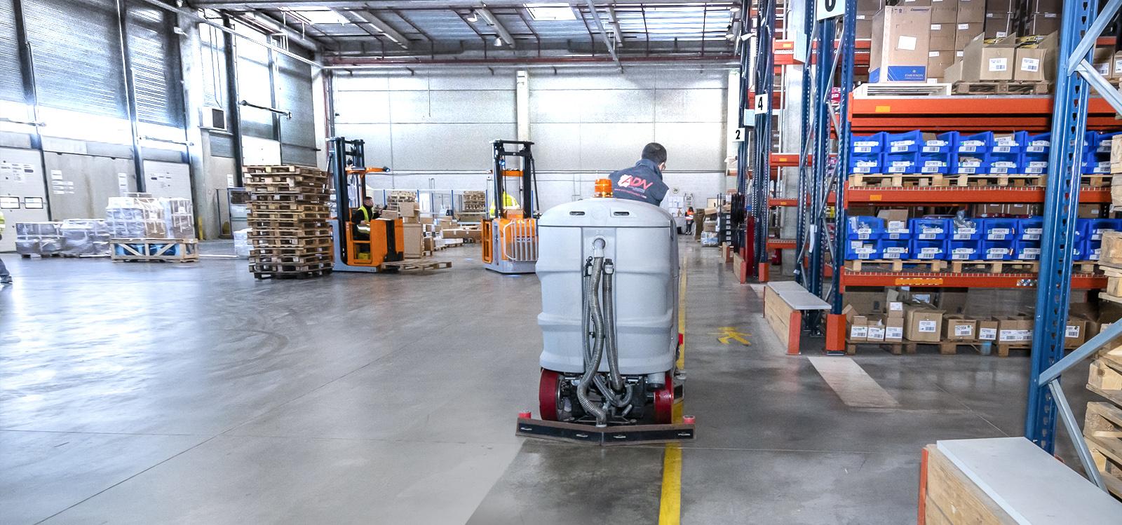 Surfaceuse ADN en nettoyage du sol dans un atelier industriel